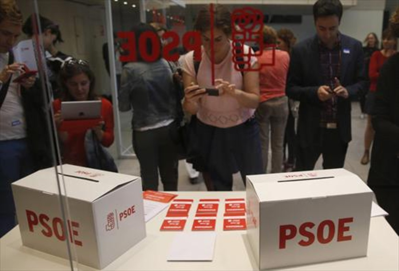 Urnas dispuestas en la sede central del PSOE para las elecciones primarias de mañana.