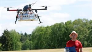 Un usuario controla un dron en un centro de investigación en los Pirineos franceses.