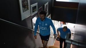 Van Bommel, técnico del PSV, en el túnel del estadio de Eindhoven.