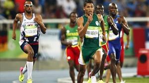 Van Niekerk se impone con una enorme ventaja en la final de 400 metros.