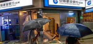 Vandalismo contra un banco de China en Hong Kong.