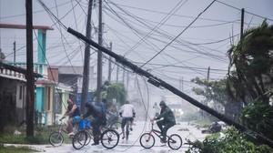 Vecinos retornan a sus casas tras el paso de Irma por la localidad de Villa Clara, en Cuba.