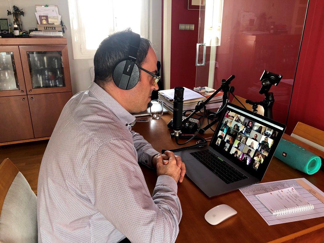 Un profesor de LIntèrpret imparte un curso de formación musical a sus alumnos por videoconferencia durante la cuarentena.