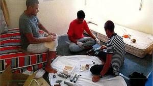 Youssef Aalla, Youness Abouyaaqoub y Mohamed Hichamy, manipulando los explosivos que pensaban utilizar para cometer los atentados, en la casa de Alcanar.