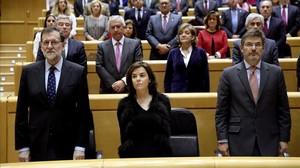 Rajoy, Santamaría y Catalá, en un minuto de silencio en el Senado por las víctimas de violencia machista.