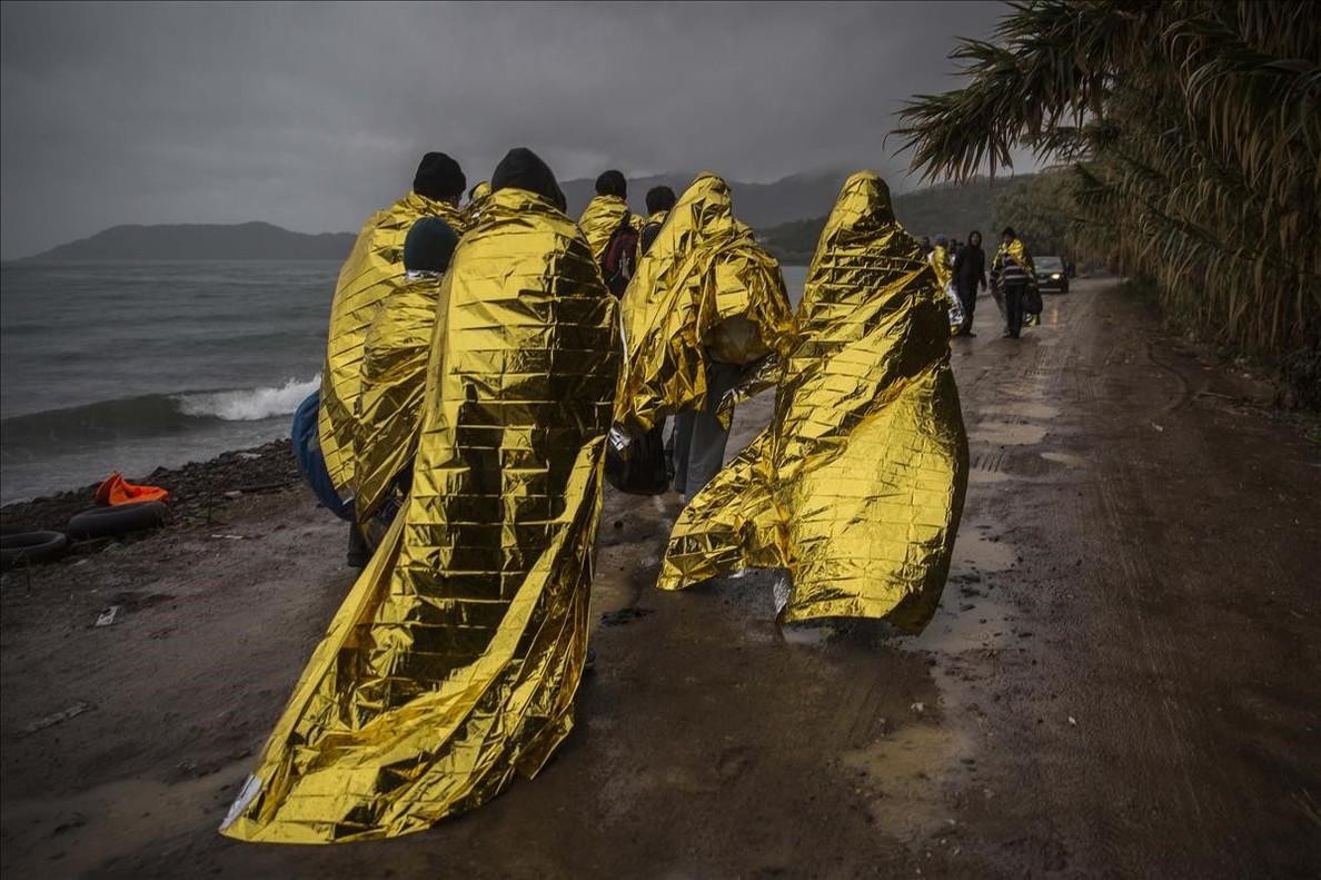 Refugiados en la isla de Lesbos, instantánea deSanti Palacios presente en la exposición que documenta en el Museu Marítim el trabajo de la oenegé Proactiva Open Arms.