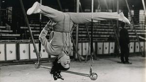 Pinito del Oroen el trapecio, vestida de calle, recrea en un ensayouno de sus ejercicios de equilibrio más famosos.