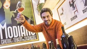 El sumiller Roger Viusà, rodeado de buenas botella en su bistró de Girona.