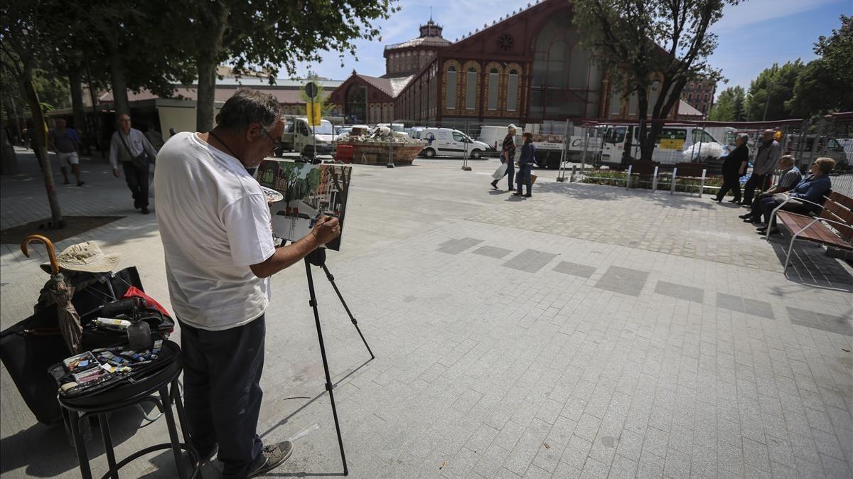 Ambiente en el entorno del mercado, con un pintor retratando la nueva lonja.