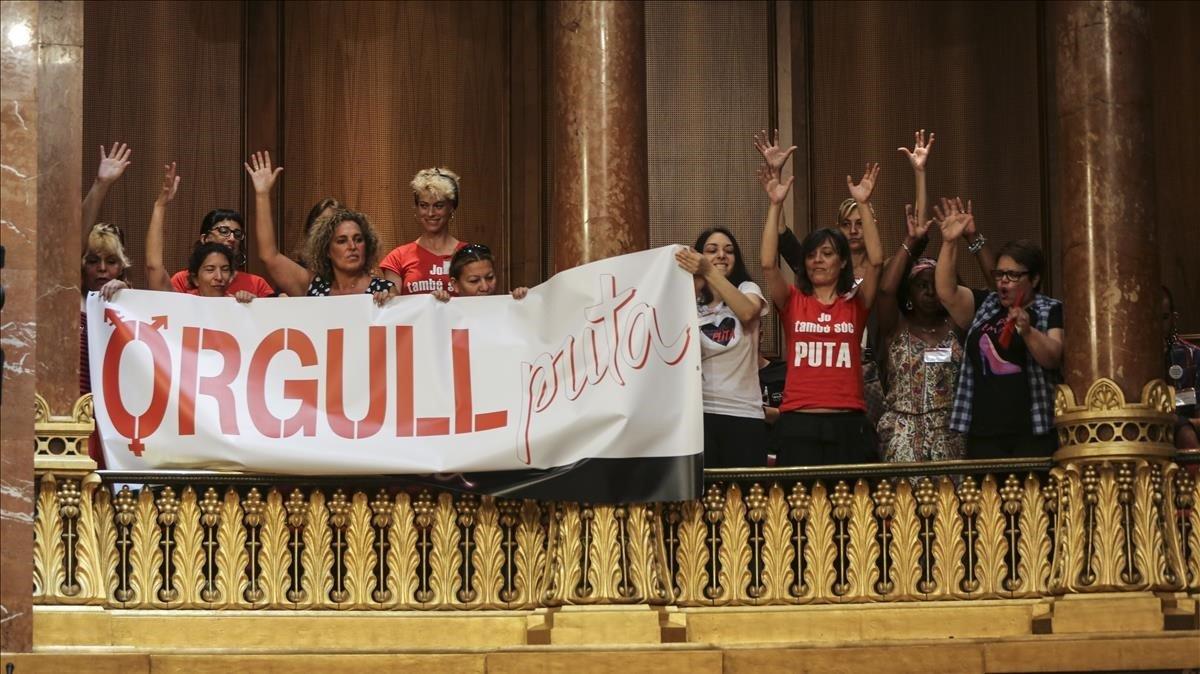 Un grupo de prostitutas exhiben en el pleno del Ayuntamiento de Barcelona pancartas en defensa de su actividad.