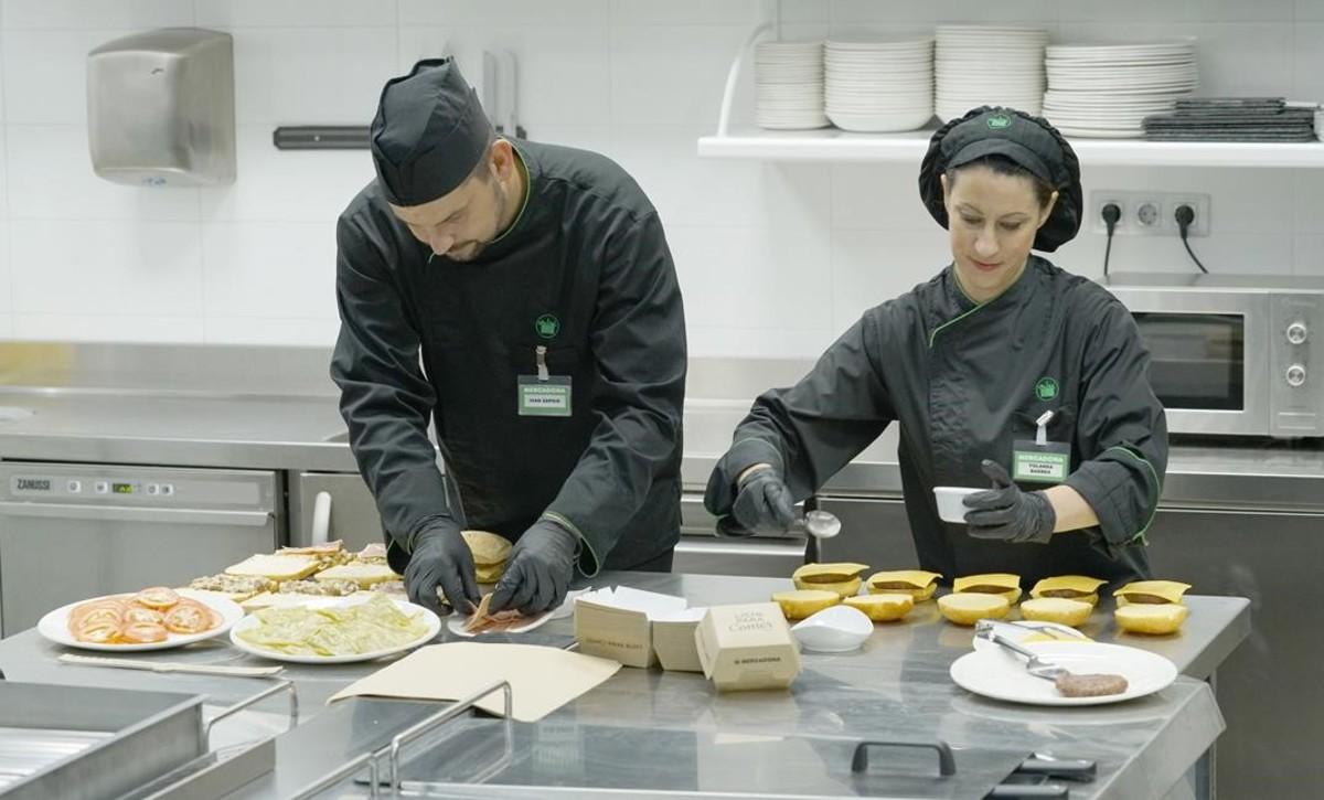 Elaboración de bocadillos y hamburguesas en el Centro de Coinnovación de 'Listo paracomer' de Mercadona en Burjassot (València).