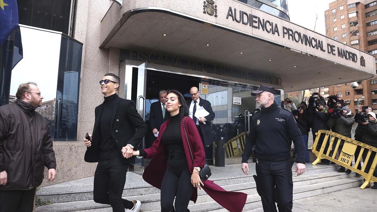 Cristiano Ronaldo sale de la Audiencia Provincial de Madrid acompañado de su pareja Georgina Rodríguez tras sujuicio por evasión de impuestos.