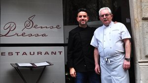 Víctor y José Luis Díaz, en la puerta del restaurante Sense Pressa.