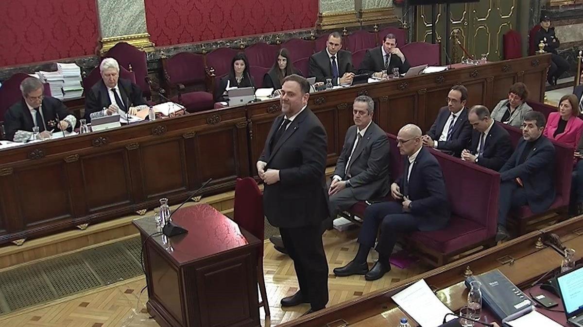 Oriol Junqueras, de pie, en el tercer día del juicio del 'procés' en el Supremo.