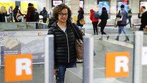 Teresa Solani, usuaria de Rodalies, que debe salir siempre muy temprano para no llegar tarde a su trabajo.