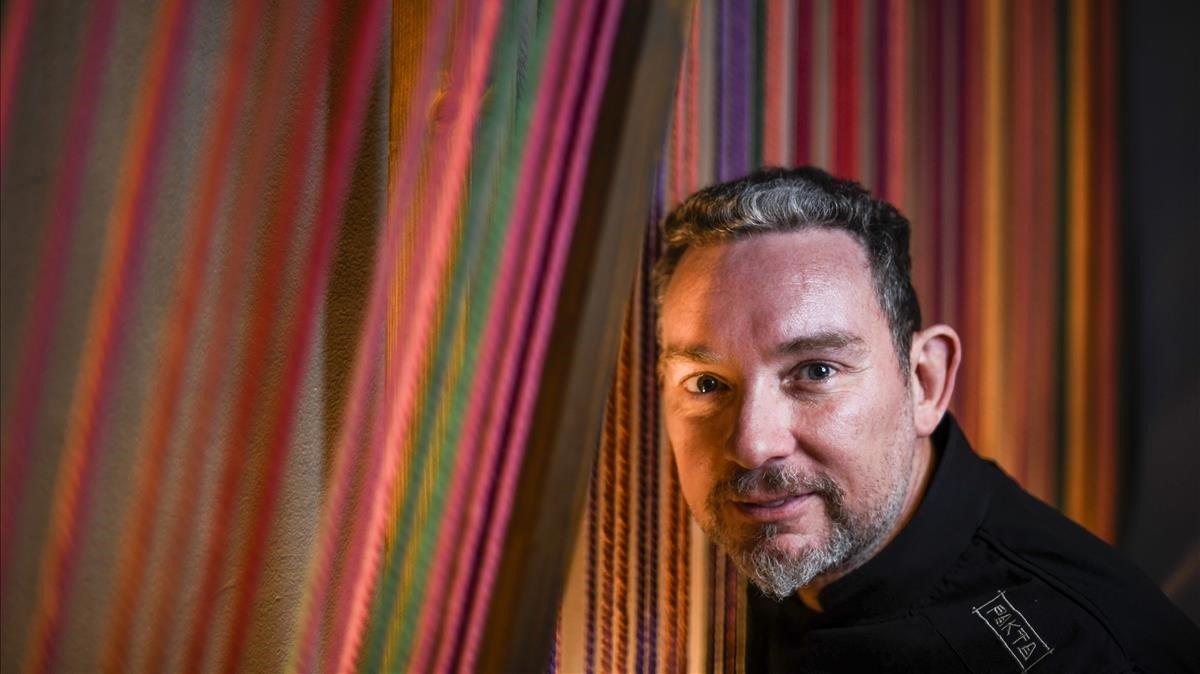 Albert Adriá, entre los hilos de colores del restaurante Pakta.