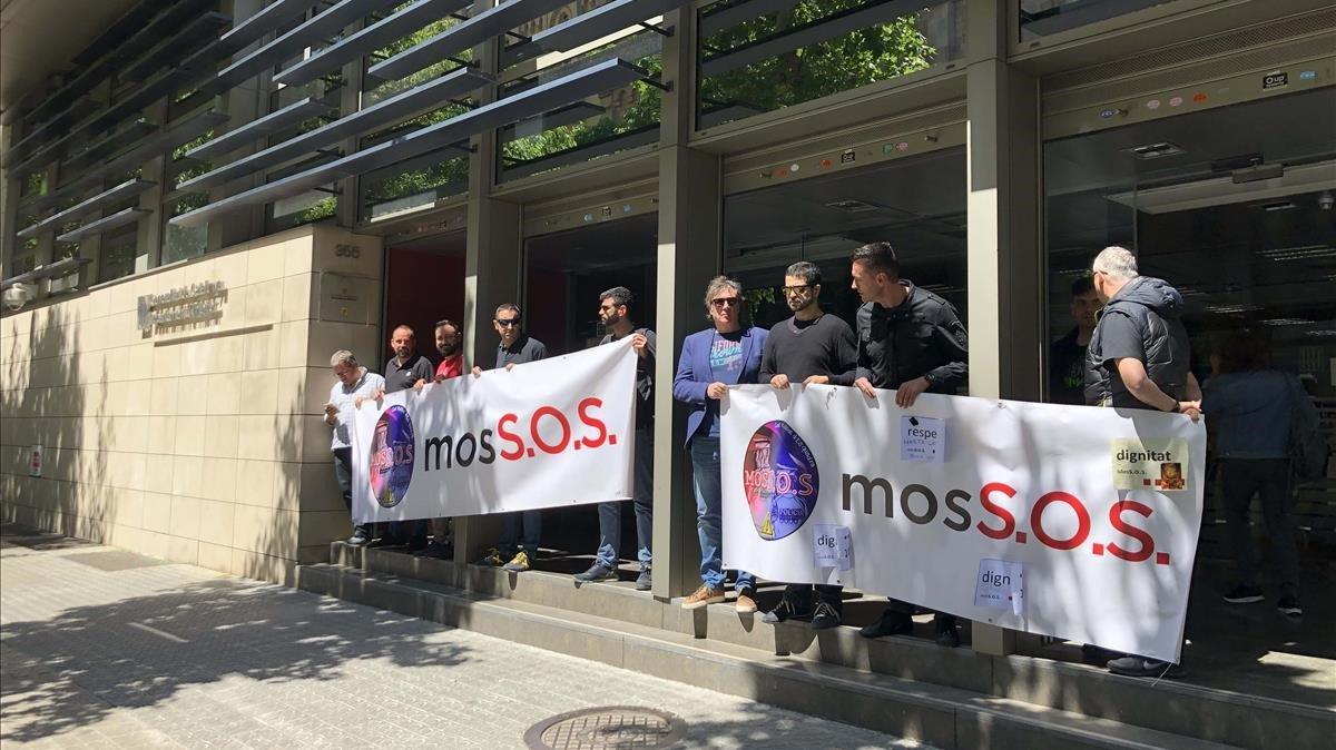 Acaba la tancada dels Mossos amb un acord amb Buch de reprendre el diàleg