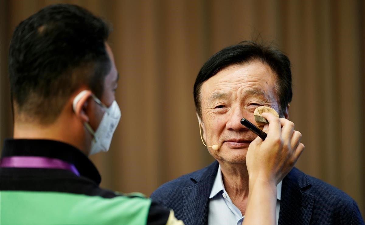 Un miembro del personal aplica maquillaje al fundador de Huawei, Ren Zhengfei, antes de una mesa redonda en la sede de la empresa.Las ventas de Huawei se resentirán debido al veto de Estados Unidos y se situarán en unos 30.000 millones de dólares (26.760 millones de euros) por debajo de los pronósticos que tenía la compañía para este año, reveló hoy Zhengfei.
