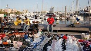 Vendedores del 'top manta' en Palau de Mar.