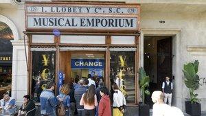 Un grupo de participantes en el Open House visitan el cadáver profanado de la centenaria tienda Musical Emporium.