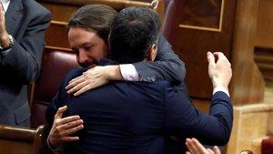 Pedro Sánchez y Pablo Iglesias se abrazan tras la votación de investidura.