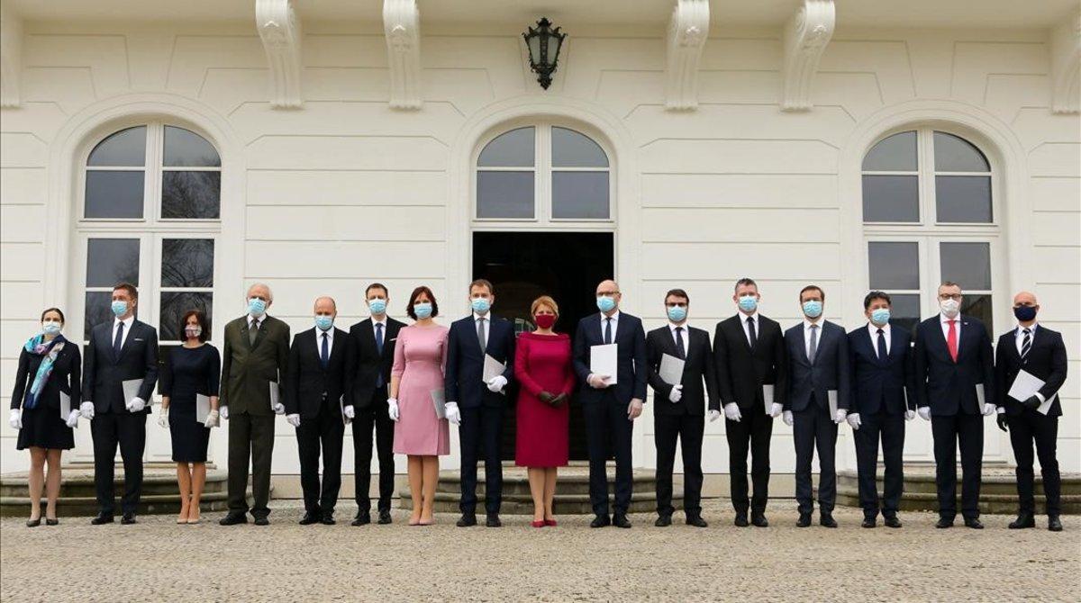 El nuevo Gobieno de Eslovaquia, con todos los miembros con mascarilla, en la ceremonia de toma de posesión, este sábado en Bratislava.
