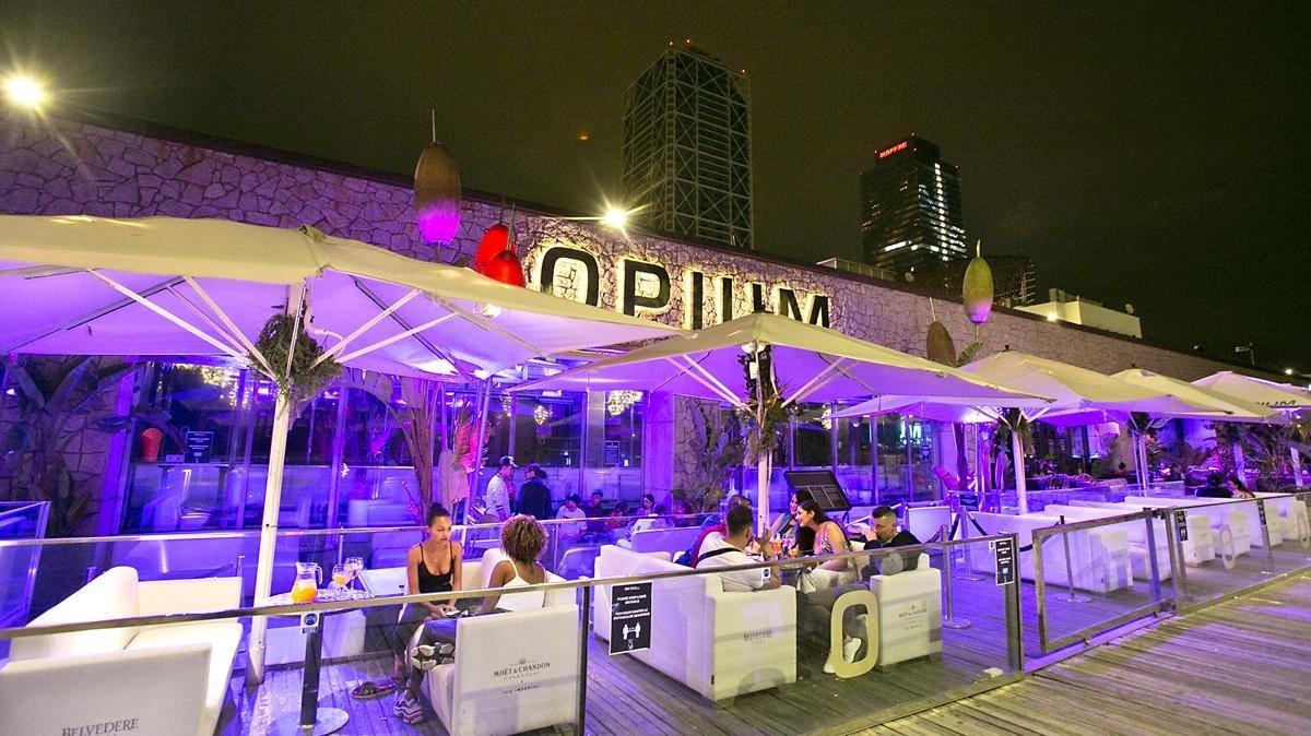Ambiente en la terraza del restaurante-club Opium, en el paseo Marítim, el lunes.