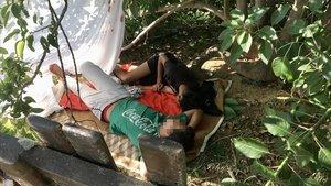 Dos jóvenes migrantes, entre ellos Yousef, duermen en la playa de Ocata (El Masnou).