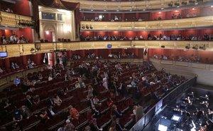 El Teatro Real reabrió estemiércoles sus puertas y se convierte en uno de los pocos teatros liricos del mundo que abren esta temporadamarcada por la pandemia.