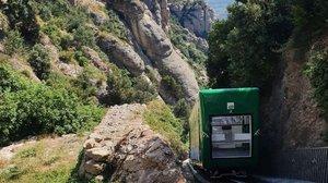 El funicular de la Santa Cova en un momento de su recorrido.