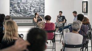 El artista Gorka García Herrera, la novelista Cristina Morales y el poeta Javier Vicedo Alós durante la inauguración de la exposición del primero, el jueves en la Sala Parés.