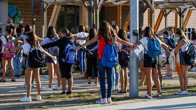 Alumnos de un centro escolar en el Vallès Oriental, guardando las distancias de seguridad.