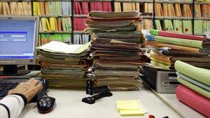 Expedientes acumulados en un juzgado, en una imagen de archivo