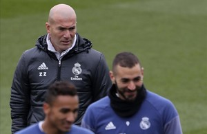 Zinedine Zidane, detrás de Benzema y Danilodurante el entrenamiento de este viernes.