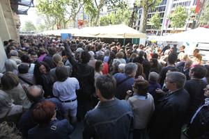 Colas para las firmas de libros de Sant Jordi en el paseo de Gràcia, en una edición anterior de la diada.