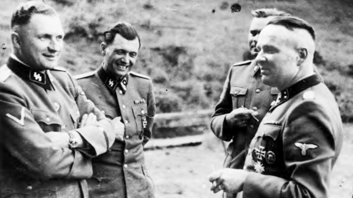 Josef Mengele (centro) y Rudolf Höss (izquierda), en Auschwitz.