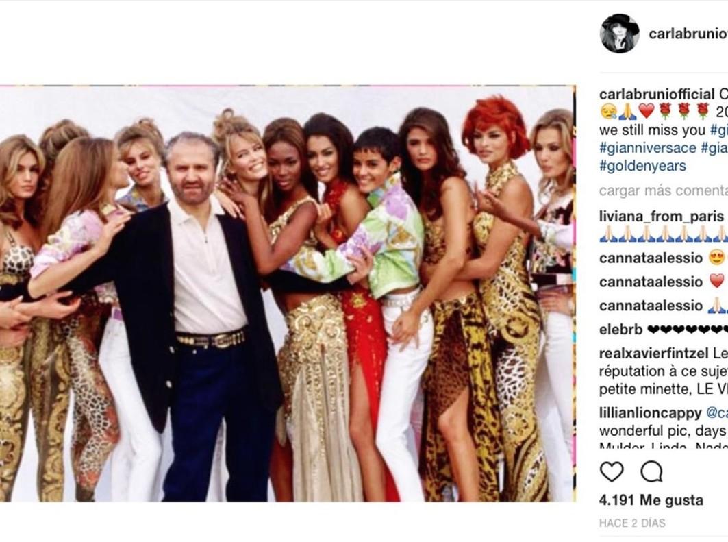 Carla Bruni comparte esta imagen en su cuenta de Instagram en homenaje a Gianni  Versace. 323f3a2ff1f7