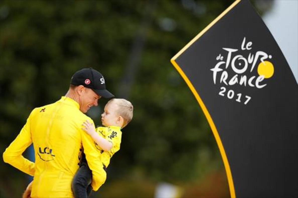 Chris Froome, el ciclista británico, sostiene en brazos a Kellan, su hijo, en el podio de París, ayer.