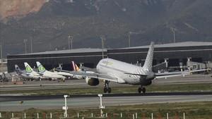 Un avión en el aeropuero de Barcelona