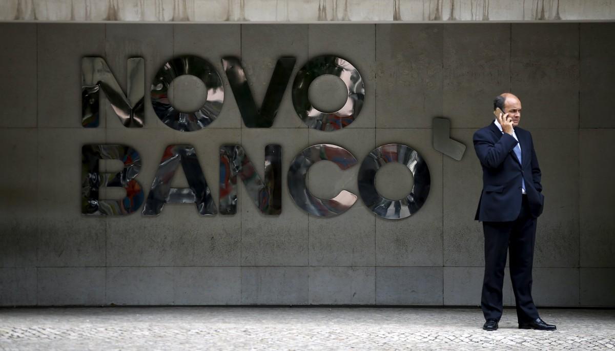 Un hombre habla por teléfono ante la sede de Novo Banco en Lisboa.
