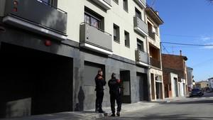 zentauroepp42597625 dos mossos custodien l entrada al domicili de vic on s est 180321121221