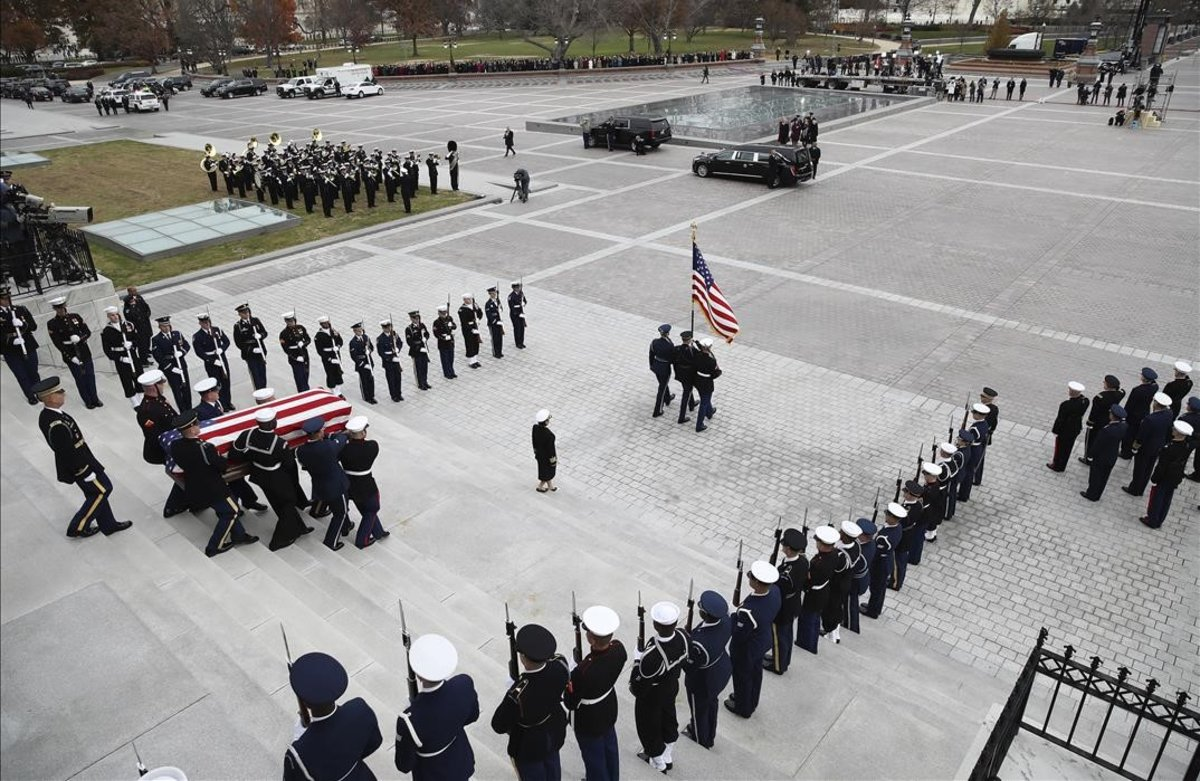 Traslado del féretro del expresidente George H. W. Bush desde el edificio del Capitolio.WIN MCNAMEE