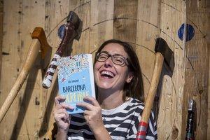 Ana Sánchez con su libro en el lugar de la presentación.