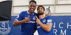Yerry Mina y Andr'Gomes posan con la camiseta del Everton.