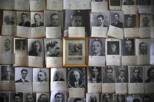 Retratos de algunos de los muertos en el museo del campo de exterminio nazi de Mauthausen.