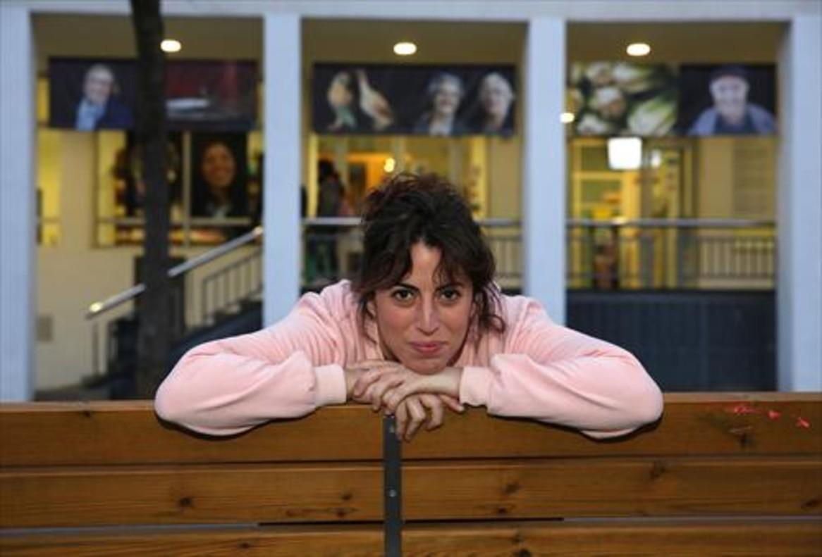 La actriz Alba Florejachs, delante del Centre Cívic Sant Martí, donde tantas horas pasó de niña y adolescente.