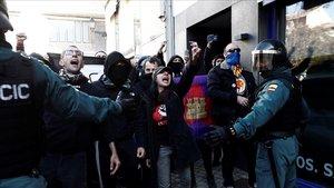 Agentes de la Guardia Civil controlan una manifestación en la localidad navarra de Alsasua, ennoviembre del 2018.