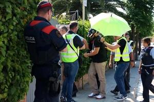 Albert López, esposado (arriba) llega a la casa donde se comentió el crimen, durante su recostrucción. Abajo, Rosa Peral, dentro del círculo.