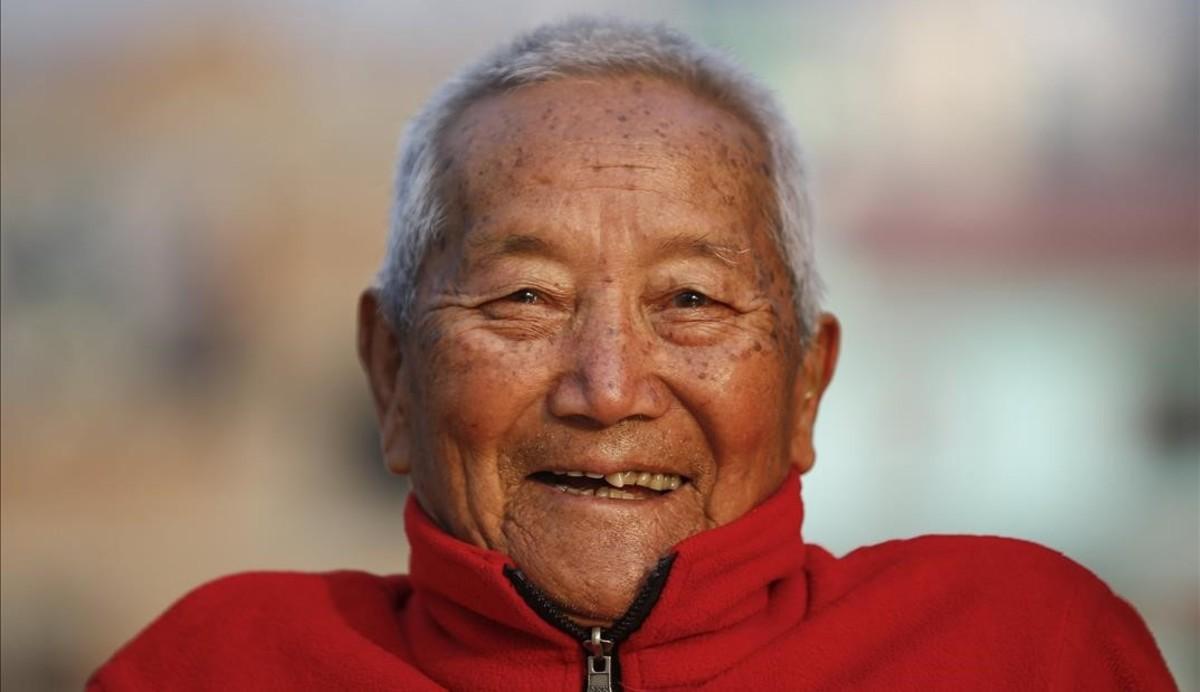 El alpinista Bahadur Sherchan, de 85 años, en la terraza de su casa.