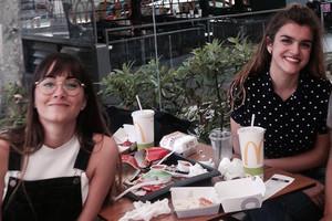 Amaia y Aitana demuestran su amistad por las calles de Madrid... Con susto incluido